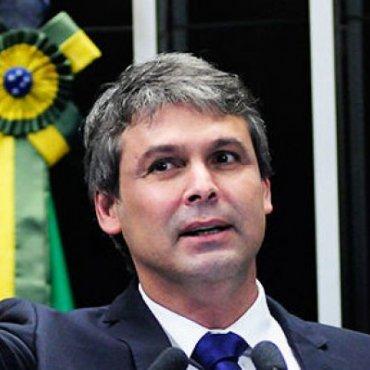 Juventude precisa de políticas públicas e de futuro, afirma Lindbergh Farias