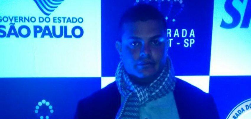 Fabinho recebe premiação por militância LGBT na Parada Gay de SP