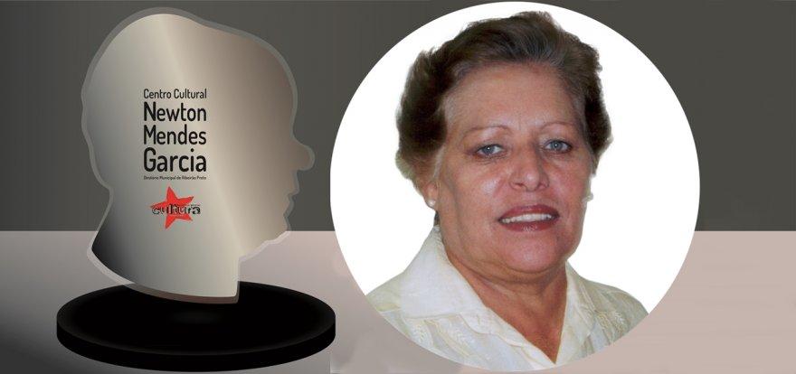 Centro Cultural Newton Mendes Garcia homenageia a Prof.ª Elsa Rossi com o troféu Mérito Cultural