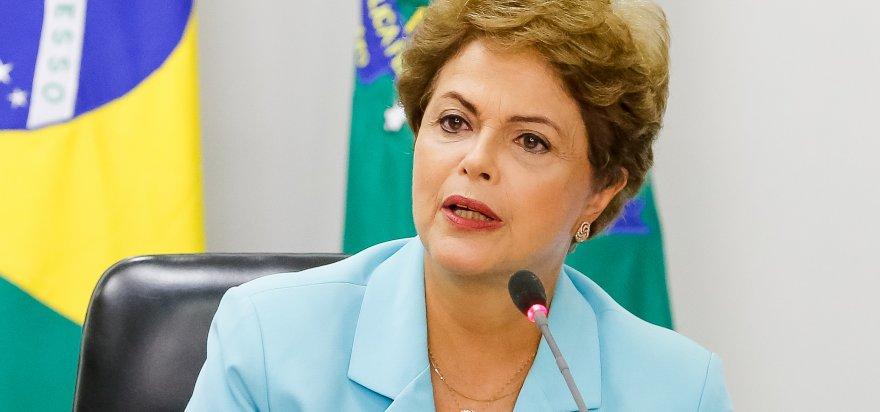 'Quem é golpista mostra na prática as tentativas', diz Dilma sobre Aécio